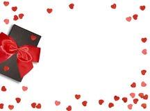 Boîte-cadeau avec le ruban rouge d'arc et coeur de papier sur le fond blanc pour le jour de valentines Images stock