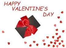 Boîte-cadeau avec le ruban rouge d'arc et coeur de papier sur le fond blanc Rose rouge Image stock