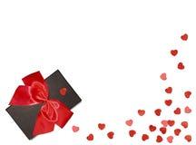 Boîte-cadeau avec le ruban rouge d'arc et coeur de papier sur le fond blanc Rose rouge Images stock