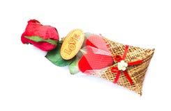 Boîte-cadeau avec le ruban rouge de l'amour Image stock
