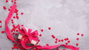 Boîte-cadeau avec le ruban rouge et beaucoup petit coeur rouge décoratif Photos libres de droits