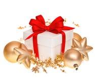 Boîte-cadeau avec le ruban rouge et les boules d'or Photos libres de droits