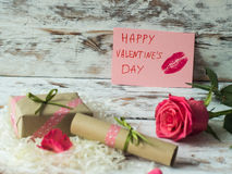 Boîte-cadeau avec le ruban vert d'arc et coeur de papier sur la table en bois pour le jour de valentines Photo libre de droits