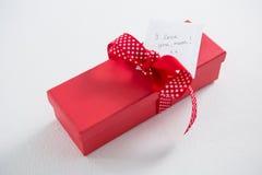 Boîte-cadeau avec le texte de maman de l'amour u d'I sur le fond blanc Image libre de droits