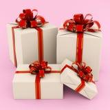Boîte-cadeau avec les arcs rouges Photos libres de droits