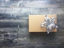 Boîte-cadeau avec un arc de ruban image stock