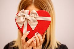 Boîte-cadeau avec un ruban dans des mains femelles Le concept convient aux histoires d'amour, aux anniversaires et au Valenti images stock