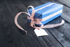 Boîte-cadeau avec une étiquette vide Photo libre de droits