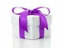 Boîte-cadeau blanc avec l'arc de ruban de lavande Photographie stock libre de droits