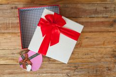 Boîte-cadeau blanc et coeur de ruban et mini rouge à l'intérieur sur le dos en bois Images libres de droits