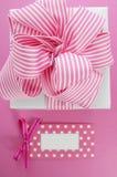 Boîte-cadeau blanc heureux de jour de mères avec le ruban rose de rayure Images libres de droits