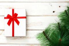 Boîte-cadeau blanc sur le fond en bois blanc Photographie stock libre de droits