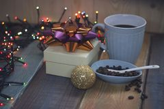 Boîte-cadeau blanc, tasse bleue, grains de café dans une cuvette, ballnn d'or Photo stock