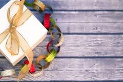 Boîte-cadeau blanche avec la bande d'or Photographie stock libre de droits