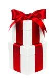 Boîte-cadeau blancs et rouges empilés de Noël d'isolement Images libres de droits