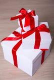 Boîte-cadeau blancs sur le fond en bois Photographie stock libre de droits