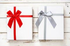Boîte-cadeau blancs sur le fond en bois blanc Image stock