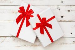 Boîte-cadeau blancs sur le fond en bois blanc Images libres de droits