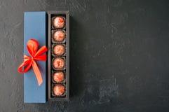 Boîte-cadeau bleu avec de service avec du chocolat Images stock