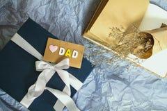 Boîte-cadeau bleu-foncé avec la décoration de ruban et le papa roses d'amour Image stock