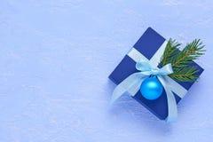 Boîte-cadeau bleu-foncé de Noël, décoré d'un ruban de turquoise, Photographie stock libre de droits
