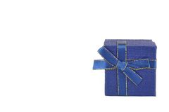 Boîte-cadeau bleu simple avec le modèle d'isolement sur le fond blanc Image stock