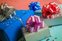 Boîte-cadeau carrés, emballage actuel coloré sur un fond de fête Images stock