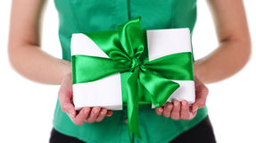 Boîte-cadeau chez des mains de la femme Image stock
