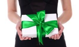 Boîte-cadeau chez des mains de la femme Photographie stock