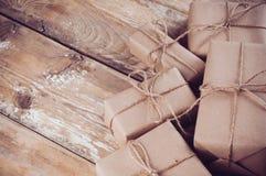 Boîte-cadeau, colis postaux sur le conseil en bois photo libre de droits
