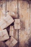 Boîte-cadeau, colis postaux sur le conseil en bois photographie stock