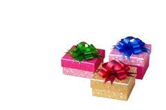 Boîte-cadeau colorés avec les arcs colorés sur le backgroun blanc d'isolement Images stock