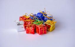 Boîte-cadeau colorés pour des festivals sur le Blackground blanc image stock