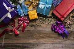 Boîte-cadeau colorés sur la table en bois Photo stock