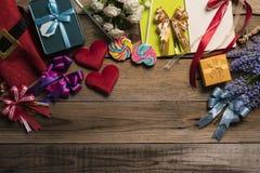 Boîte-cadeau colorés sur la table en bois Image libre de droits