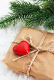 Boîte-cadeau décoré du coeur rouge Photos stock