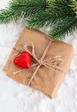 Boîte-cadeau décoré du coeur rouge Image libre de droits