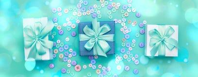 Boîte-cadeau décoratif de bannière avec un fond coloré Photo stock