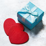 Boîte-cadeau d'amour de jour de valentines avec le ruban et les coeurs rouges Image libre de droits