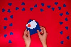 Boîte-cadeau d'amour sur le fond vert avec des coeurs Photos stock