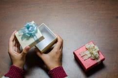 Boîte-cadeau d'argent d'ouverture de main sur le fond en bois Photos libres de droits