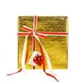 Boîte-cadeau d'or avec l'arc rouge et carte d'isolement sur le blanc Images libres de droits