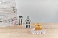 Boîte-cadeau d'or avec la maison de tache floue en tant que concept de Joyeux Noël photos libres de droits