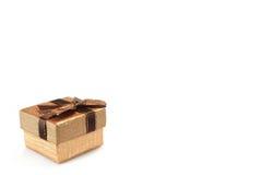 Boîte-cadeau d'or avec le modèle pointillé d'isolement sur le fond blanc Images libres de droits