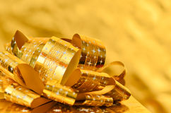 Boîte-cadeau d'or avec le ruban d'or Photo stock