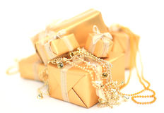 Boîte-cadeau d'or avec le ruban d'or sur le fond blanc Images libres de droits