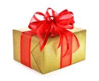 Boîte-cadeau d'isolement d'or avec l'arc rouge Images stock