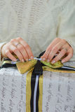 Boîte-cadeau d'ouverture de femme avec le thee de Noël Image libre de droits