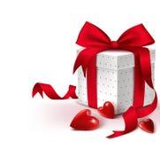 Boîte-cadeau 3D rouge doux coloré réaliste avec des coeurs illustration stock