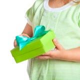 Boîte-cadeau dans des mains de l'enfant Photographie stock libre de droits